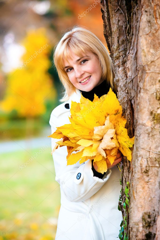 Beautiful young woman in autumn park — Stock Photo #8095138