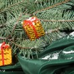 de doos van de gift van Kerstmis op groene achtergrond — Stockfoto
