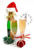 Nya året sammansättning med gåvor, klocka och champagne — Stockfoto