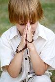 Young boy praying outdoors — Stock Photo