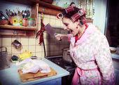 Die dumme hausfrau mit butcher in händen und kadaver einer henne — Stockfoto
