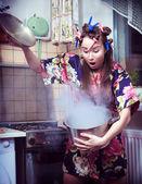 La sciocca casalinga con una padella in mano — Foto Stock