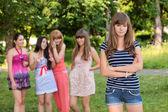 Adolescente bouleversée avec des amis, bavarder dans le parc — Photo