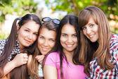 Jonge en aantrekkelijke vriendinnen hebben plezier in park — Stockfoto