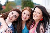 Copines de jeune et jolie heureux portrait — Photo