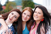 Porträtt glada unga och attraktiva flickvänner — Stockfoto