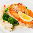 Fish dish - grilled salmon with cauliflower, broccoli and lemon — Stock Photo