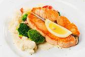 Fish dish - grilled salmon with cauliflower, broccoli and lemon — Stock Photo