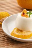 Vanilla panna cotta tatlı limon ve taze otlar — Stok fotoğraf