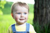 Retrato de menino feliz olhando — Foto Stock