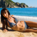 bellissima giovane donna sdraiata sulla sabbia — Foto Stock