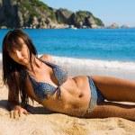 vacker ung kvinna liggande på sand — Stockfoto