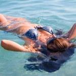 kvinna vilar på vattenytan — Stockfoto