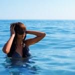 ung kvinna bada i havet — Stockfoto