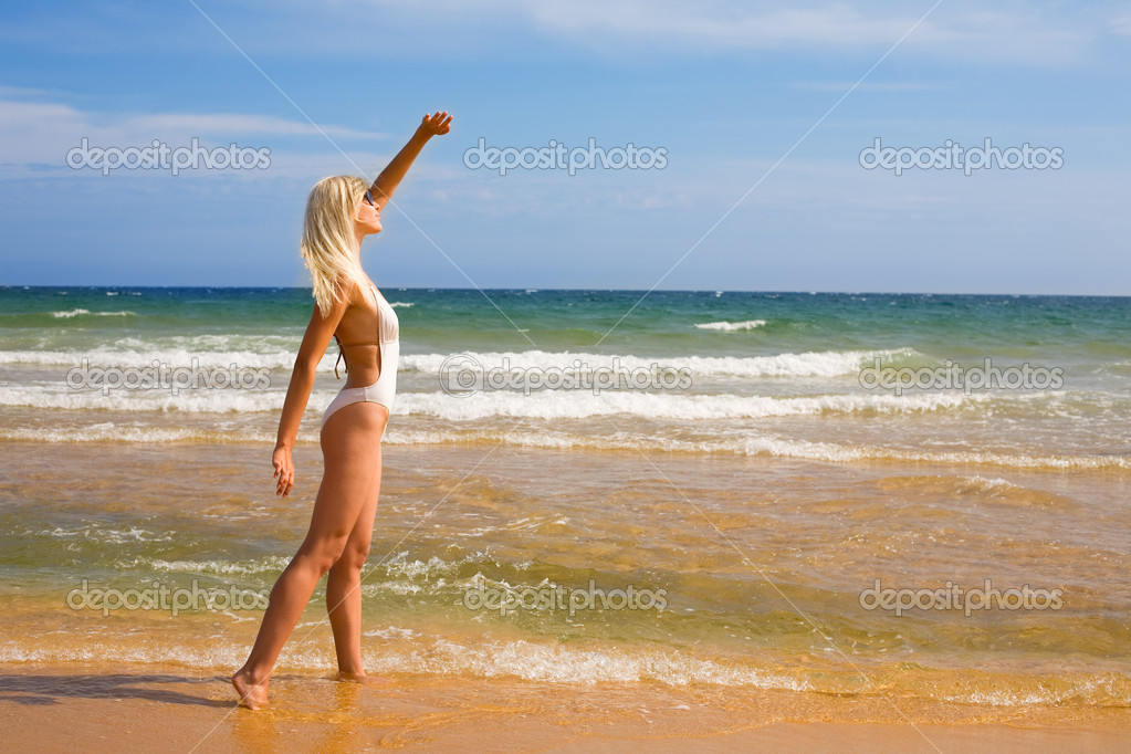 Beautiful young woman looking at the sun — Stock Photo #10197050