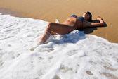 女孩躺在迎面而来的波 — 图库照片