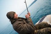 Fisher hält trolling stab — Stockfoto