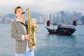 Músico en el fondo de hong kong. — Foto de Stock