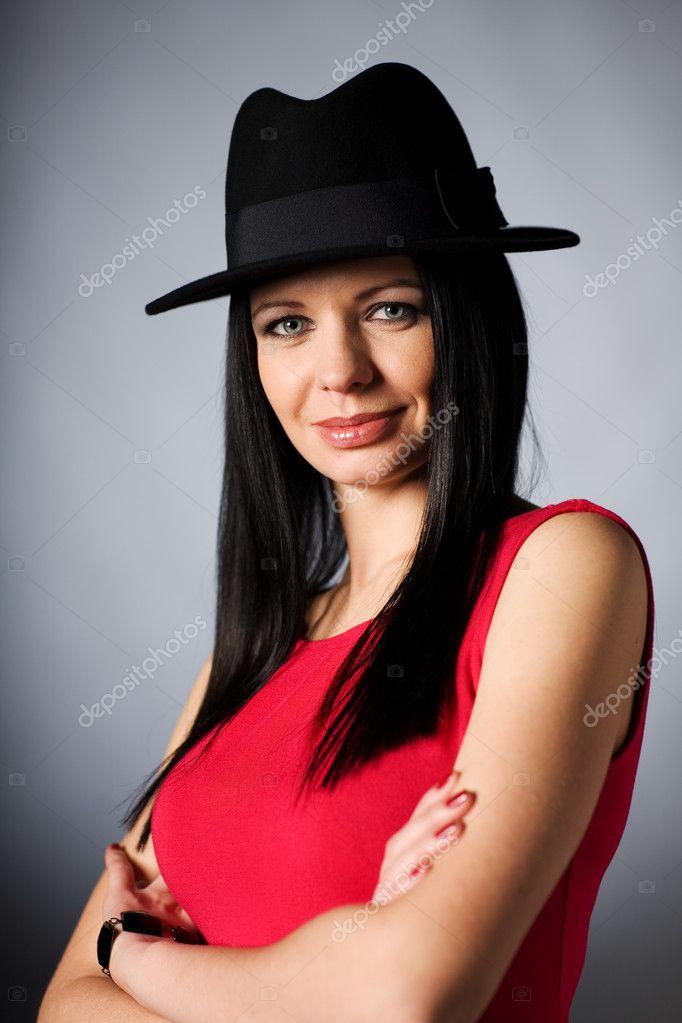 Фото брюнетки в черной шляпе 4 фотография