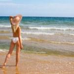jeune femme à la plage — Photo #9839865