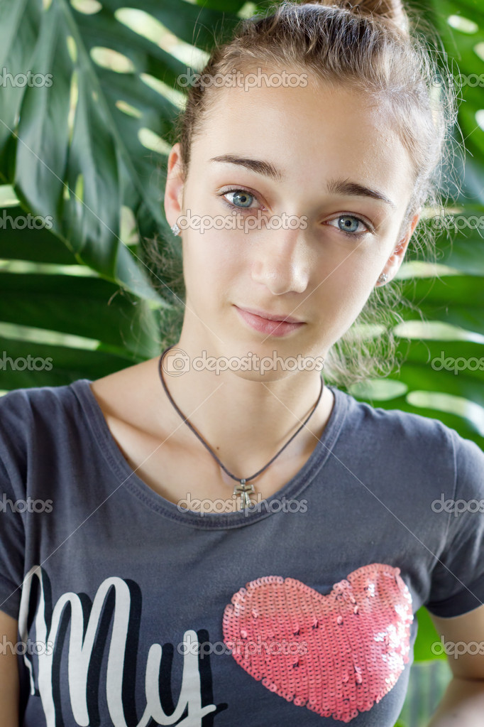 Teenage girl with pink heart on her T-shirt  Stockfoto #10407350