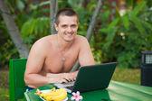 Dizüstü bilgisayar ile adam — Stok fotoğraf
