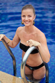 Woman in pool — Stockfoto