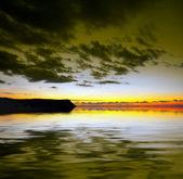水の上の劇的な空 — ストック写真