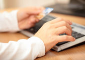 Hands holding credit card and keyboard. Shallow DOF — Stock Photo