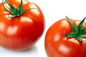 Dvě rajčata izolovaných na bílém pozadí — Stock fotografie