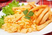 Scrambled ei met frietjes — Stockfoto