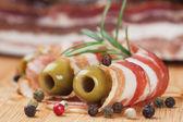Pancetta affumicata con olive e rosmarino — Foto Stock