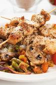 Hähnchen-Spieß mit Pilzen und Gemüse — Stockfoto