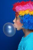 Young girl blowing bubble gum balloon — Foto de Stock