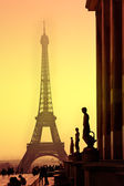 Eiffel Tower and silhouettes of sculptures. View from the Trocadero. Sanset. — Stock Photo