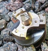 сверло для отверстия для промышленного дырокол на гравии — Стоковое фото