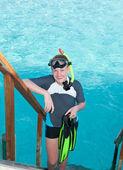 Chłopiec nastolatka z płetwy, maska i rurka w oceanie. malediwy. — Zdjęcie stockowe