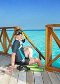 Pojke med fenor, mask och röret vid havet. maldiverna. — Stockfoto