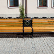 Bench in city street. - Foto Stock