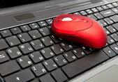 красный компьютерной мыши на черной клавиатуре — Стоковое фото