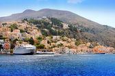 łodzie i domy na wyspie symi, grecja — Zdjęcie stockowe