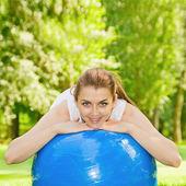 普拉提球的快乐健身女人 — 图库照片
