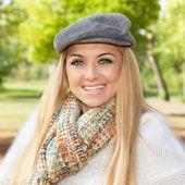 Mooi en lachende blonde vrouw — Stockfoto