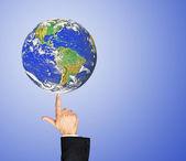 Planeta země na finger.elements tohoto obrazu, které nasa — Stock fotografie