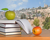 Green apple on open book — Stockfoto