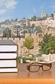 Knihy a brýle na stole — Stock fotografie