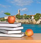 Czerwone jabłko na książki — Zdjęcie stockowe