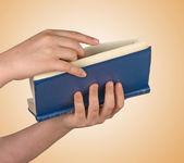 Kız okuma kitabı — Stok fotoğraf
