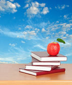 Red apple and books — Stockfoto