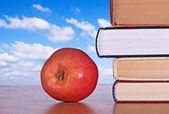 Red apple and books — Foto de Stock